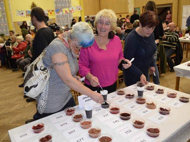 KROMĚ ODBORNÉ POROTY ochutnává soutěžní marmelády i široká veřejnost.