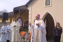 Nově zrekonstruovaná kaplička v obci Šimonovice u Liberce se dočkala křtu při mši.