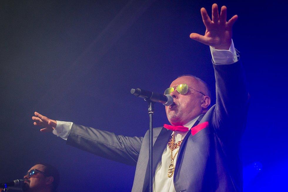 Ve sportovním areálu Vesec v Liberci začal 26. července 26. ročník hudebního festivalu Benátská! Na snímku je Petr Pečený při vystoupení kapely Doctor P.P.
