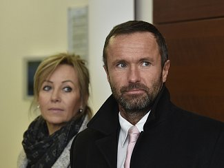 Krajský soud v Liberci začal 15. ledna projednávat korupční kauzu, v níž je obžalován bývalý ředitel Krajské nemocnice Liberec Luděk Nečesaný (vpravo) a jeho manželka Šárka (vlevo).