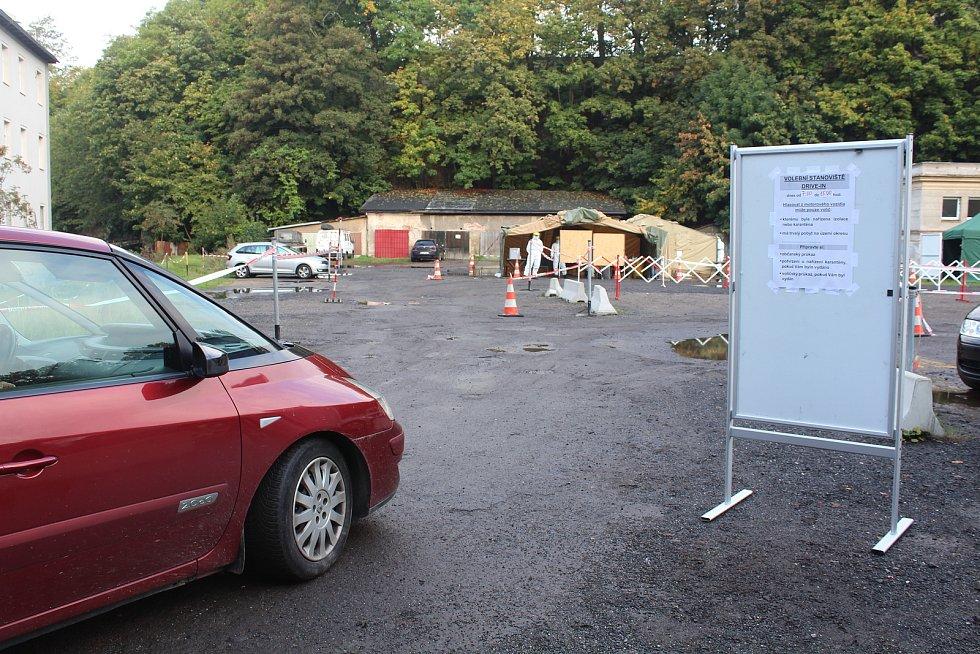 Lidi v karanténě volili z auta. Liberec
