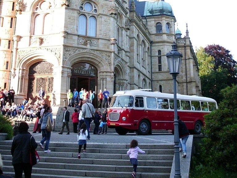 Návštěvníky svezou historické autobusy.