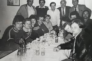 Na oslavě postupu Ruprechtic do krajského přeboru v roce 1984. Přáda je uprostřed nahoře v bílém, vedle něj vpravo trenér Sparty Václav Ježek a trenér Ruprechtic Václav Zeman.