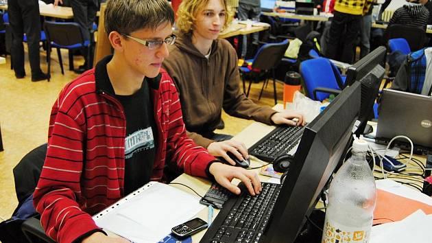 Studenti při programování