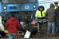 Srážku s vlakem nepřežili dva lidé z osobního auta.