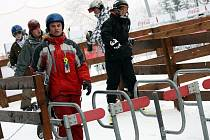 PRVNÍ VÍKEND VE ZNAMENÍ ZIMNÍCH RADOVÁNEK. Ještědský areál navštívily za víkend stovky prvních lyžařů.