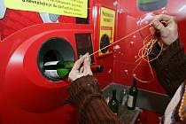 ZLODĚJI JSOU VYNALÉZAVÍ. To se potvrdilo i v případě, ve kterém bezdomovci přišli na to, jak pomocí provázku a prázdné lahve okrást supermarket o peníze za zálohy na vratné sklo.