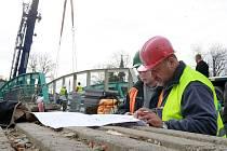 Po novém mostě povedou inženýrské sítě, konkrétně rozvody vody, plynu, telefonních kabelů a veřejného osvětlení.