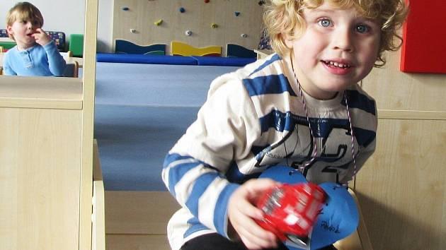 DĚTI BYLY NADŠENÉ. Nejen budova, ale i nábytek a herní prvky svítí novotou. Děti řádily hlavně na skluzavce.