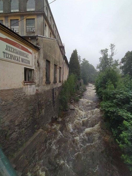 Bílý Potok na okraji Jizerských hor je opět průjezdný. Řeka Smědá se drží v korytu.