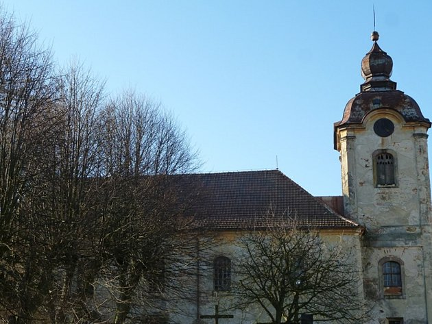 KOSTEL SV. BARBORY vznikl přestavbou kaple z roku 1669. I přes výměnu krovů je na něm stále co opravovat.