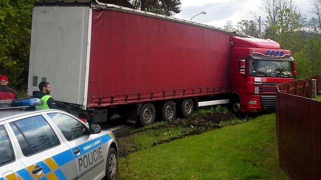 Polský kamion havaroval v pátek dopoledne v Mníšku u Liberce.