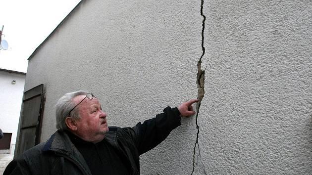 TAKOVOU PAMÁTKU MAJÍ LIDÉ NA STAVBAŘE. Josef Halamček ukazuje prasklinu ve zdi domu, která vznikla poté, co mu pod okny několik měsíců jezdila s materiálem těžká technika.