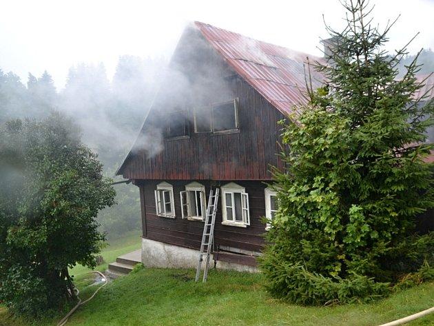 Chalupa začala hořet po úderu blesku.