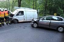 Hasiči řeší dopravní nehodu.