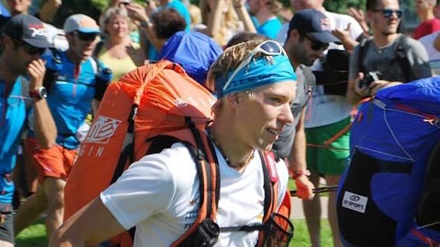 STANISLAV MAYER. Liberecký paraglidista (v bílém) na startu etapy. Nejprve po svých na kopec a pak s paraglidem vzhůru do oblak. A hlavně co nejdál.