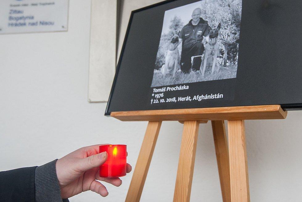 Pieta před městským úřadem v Hrádku nad Nisou za vojenského kynologa Tomáše Procházku, který padl 22. října při útoku v Afghánistánu. Snímek je z 23. října.