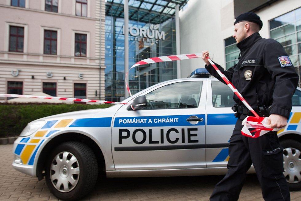 Uzavření Obchodního centra Forum kvůli anonymnímu nahlášení výbušniny.