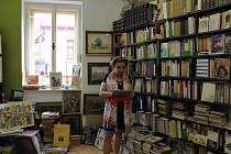 Milena Rutkovská v antikvariátu na Starém městě v Liberci.