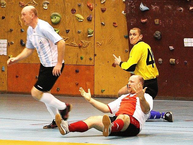 MOMENTKA Z DERBY. Na zemi se diví hráč Slavie TU Doležel, že nebyl odpískán faul. Za ním gólman Alexu Vrábel a z místa činu prchá Černohorský.