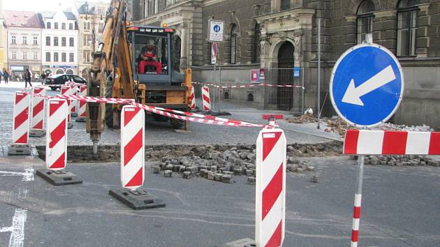 V blízkosti liberecké radnice byly zahájeny stavební práce, které povedou k instalaci závory, jenž zabrání automobilům ve vjezdu do pěších zón v oblasti Benešova náměstí, ulice 5. května a Pražské ulice.