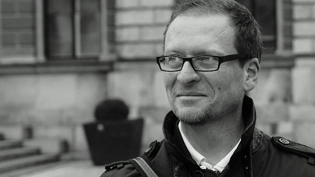 STEPHEN JOHNSTONE se narodil v roce 1972 ve Skotsku. V Liberci žije  už od roku 1999. Začínal zde jako učitel angličtiny, v současnosti se živí jako překladatel. Je zasnoubený a má dvě děti.