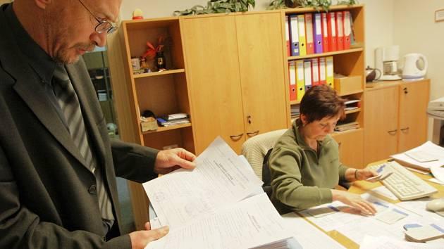 Ředitel SPŠSE v Liberci Josef Šorm a pracovnice sekretariátu Ivana Režná nad tabulkami s uchazeči a zápisovými lístky.