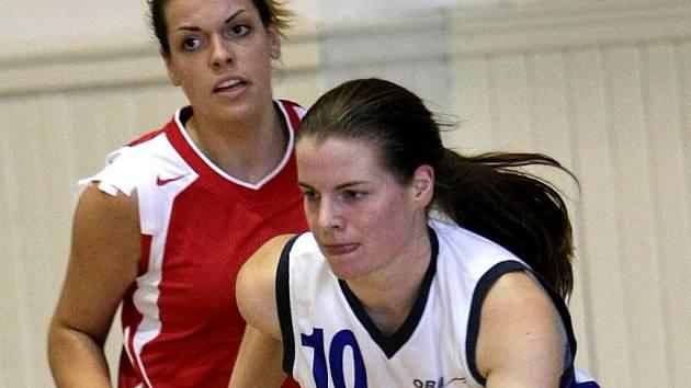 MARTINA NEHASILOVÁ. Hráčka Lokomotivy (v bílém) se spolu s dalšími děvčaty naposledy představila doma v ligovém dresu.
