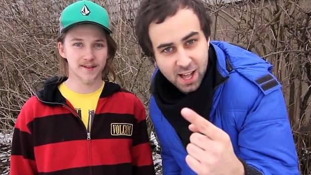 PAVEL SKÁLA, herec a učitel, vystupuje v novém videu Vražedný stopař společně s oblíbenou internetovou dvojicí ViralBrothers.