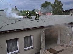 Požár střechy na jednom z průmyslových objektů.