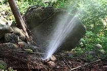 SAMOZVANÍ OCHRÁNCI PŘÍRODY rouru, která vede k turbíně, úmyslně poškodili. Prý proto, aby korytem lesního potoka v Chráněné krajinné oblasti opět protékala voda. Na mapě je vyznačené místo, kde ochránci přírody úmyslně rouru poškodili.