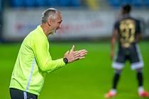 Asistent trenéra Slovanu Pavel Medynský povzbuzuje své svěřence.