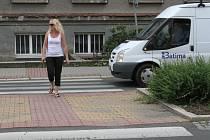ZASTAVÍ I V PROTISMĚRU? Romana Prošková vyhlíží, jestli řidič v opačném směru šlápne na brzdu také.