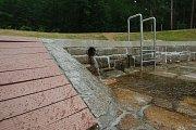 Napouštění lesního koupaliště v Liberci.