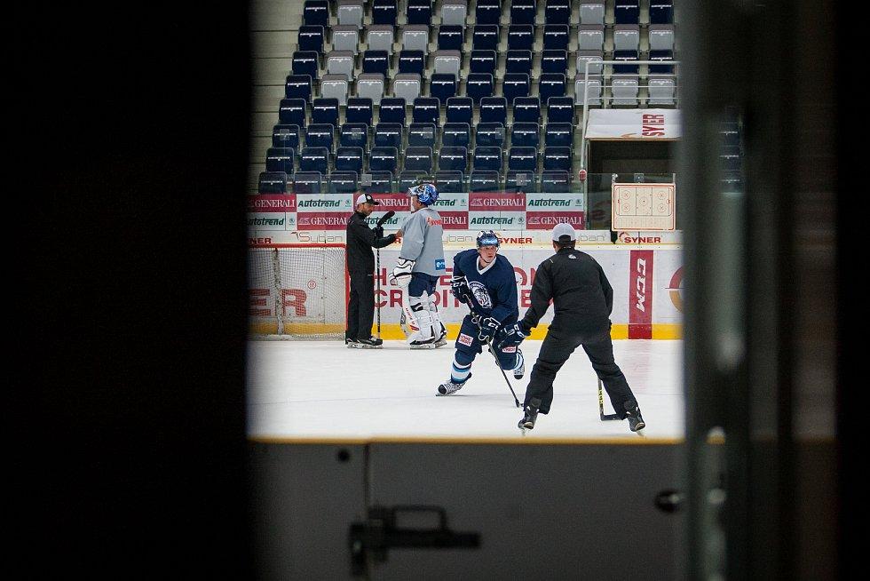 První trénink sezony 2018/19 na ledě hokejistů extraligového týmu Bílí Tygři Liberec proběhl 16. července v Liberci. Na snímku v modrém Lukáš Derner.
