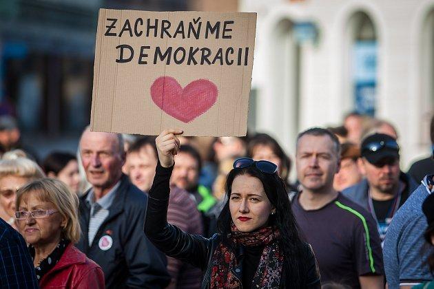 Lidé protestovali 9. dubna na libereckém náměstí Dr. E. Beneše proti premiérovi v demisi Andreji Babišovi a krokům jeho vlády bez důvěryi. Protestovali i lidé i v dalších městech České republiky.
