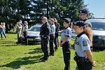 Policisté přijeli za dětmi na tábor.
