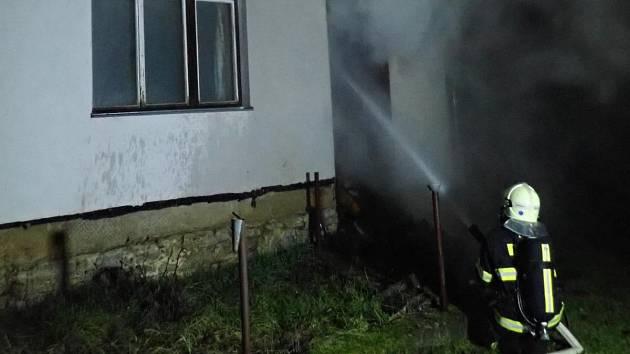 Pět jednotek zasahovalo v noci u požáru přístřešku na dřevo v Jenišovicích.