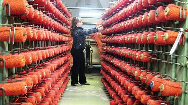 STĚHOVÁNÍ BY STROJE NEPŘEŽILY. Podle vedení školy nelze unikátní soubor devadesáti textilních strojů nikam stěhovat. A ani se celá sbírka do nového působiště na Králově Háji nevejde.