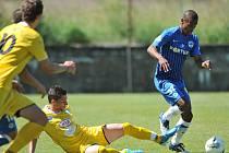THEO GEBRE SELASSIE (v modrém) uniká v přípravném utkání obráncům soupeře Slovanu Liberec.