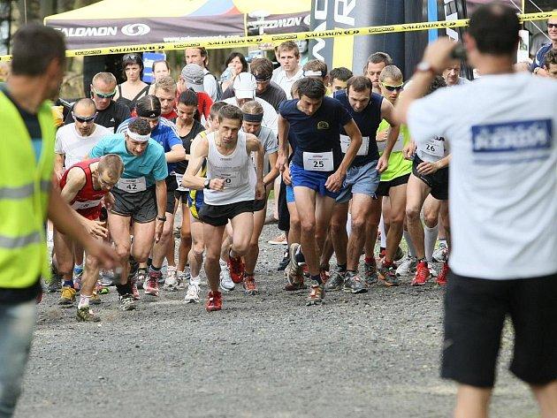 Z PARKOVIŠTĚ v Horním Hanychově na vrchol Ještědu a zpátky vedla trasa běhu Salomon Trail Running Cup 2011.