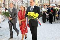 POKLONILI SE PAMÁTCE OBĚTÍ SRPNA 1968. Kytice k pomníčku na průčelí liberecké radnice položili včera jak místní politici, tak i zástupci armády, pamětníci a pozůstalí.