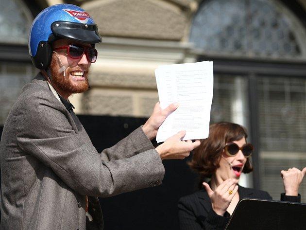 HERCI Šaldova i Naivního divadla nabídli divákům improvizované představení, v rámci něhož informovali, jak se stát k regionům chová. Petici přečetla Markéta Tallerová.
