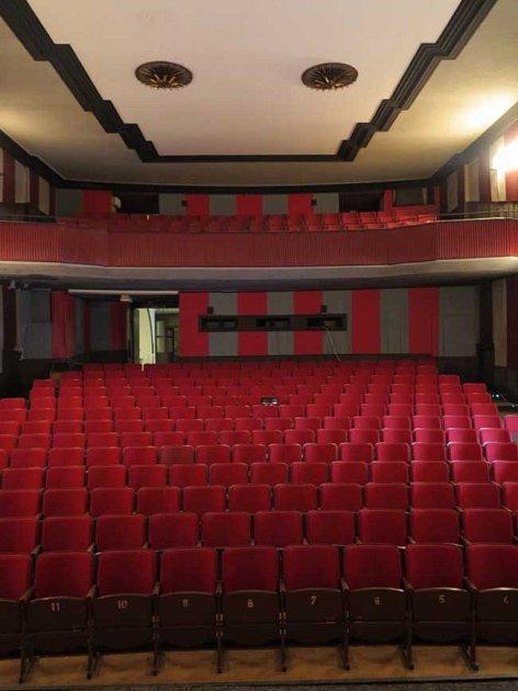 NEJSTARŠÍ BIOGRAF. Liberecké kino Varšava chátrá. Mladí umělci by ho chtěli zachránit a vytvořit zněj kulturní zařízení pro širokou veřejnost.