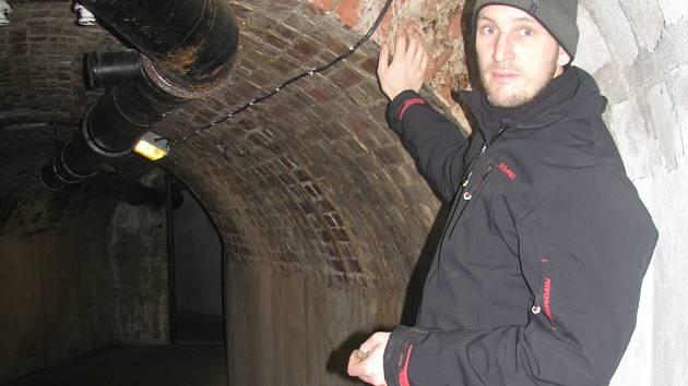 ODBORNÍK NA LIBERECKÉ PODZEMÍ IVAN ROUS. Kryt CO v Lucemburské ulici sloužil za války k protiletecké ochraně, ve 30. letech tam měl vést silniční tunel. Původně šlo zřejmě o těžební štolu.