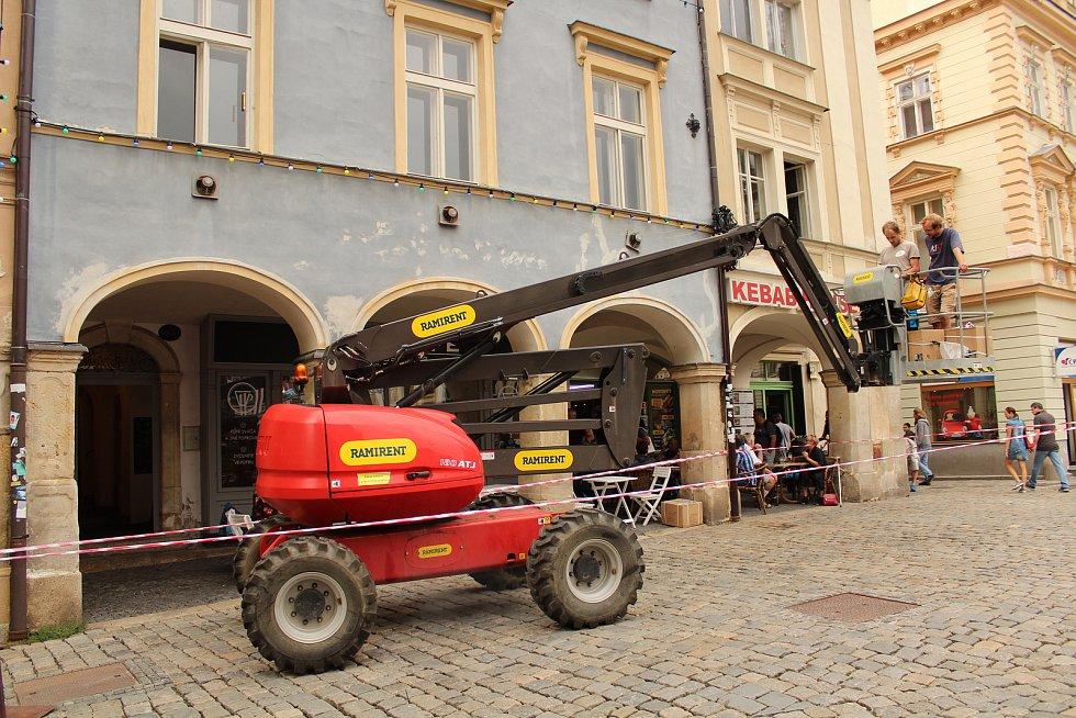 Na začátku září začaly na libereckém náměstí Dr. E. Beneše přípravy na chystané natáčení amerického velkofilmu s pracovním názvem Bosco. Na snímku pracovníci v pondělí 3. září 2018 rozvěšují na budovy na náměstí svítící žárovky.