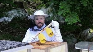 Svítidlo staví včely přímo v úlu.