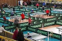 STOLNÍ TENIS VYSTŘÍDAL VOLEJBAL. Na dvaadvaceti stolech se představili v hale Dukly veteráni stolního tenisu.