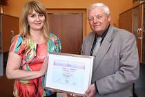Ocenění ŽENA REGIONU 2013 získala v Libereckém Kraji OLGA KOPALOVÁ., na fotografii nahoře si přebírá diplom z rukou senátora Karla Kapouna. Kopalová je designérka a ředitelka rodinné firmy Šenýr vyrábějící bižuterii.