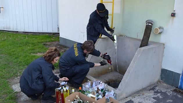 ALKOHOL zadržený celníky v minulých měsících skončil v čističce odpadních vod.